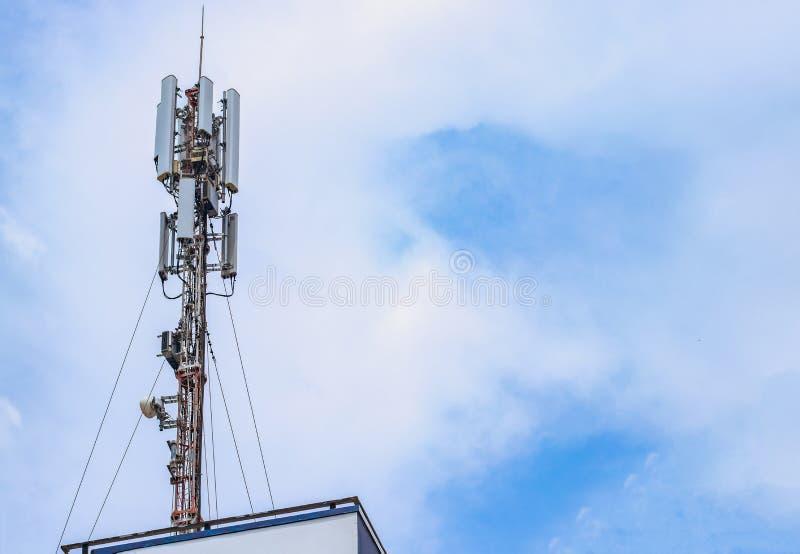 Antena para la comunicaci?n celular fotografía de archivo