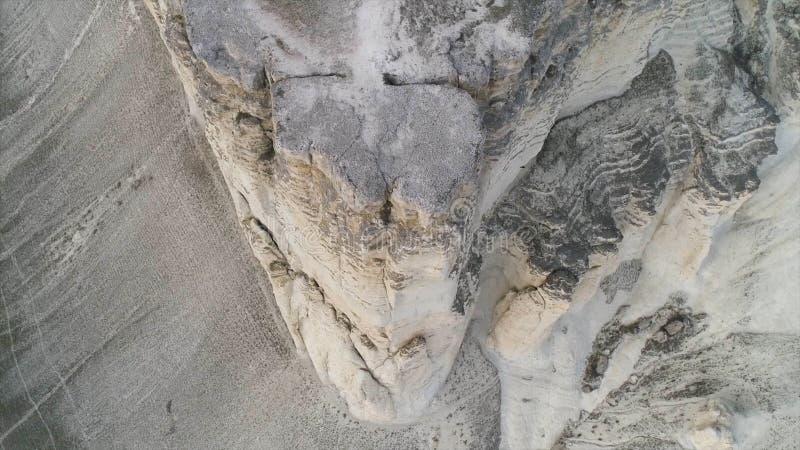 Antena para a paisagem maravilhosa da rocha branca com inclinação íngreme e de um vale com grama verde tiro Pedra calcária branca fotografia de stock
