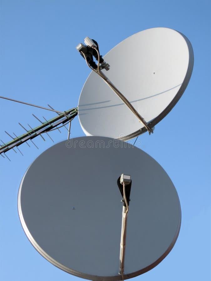 Antena parabólica (antenne), pilón basado en los satélites, alambre imágenes de archivo libres de regalías