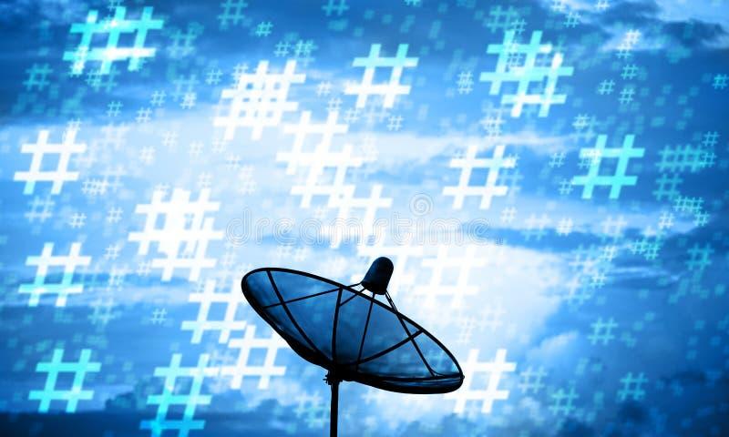 Antena parabólica da silhueta e teste padrão do hashtag Uma comunicação técnica fotos de stock royalty free