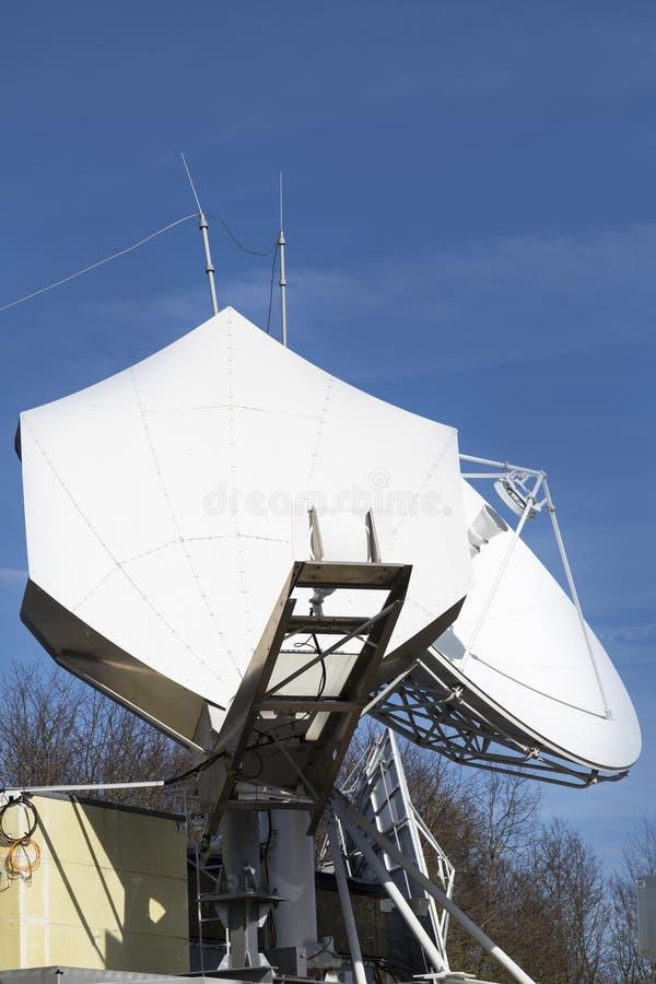 Antena parabólica de las telecomunicaciones imagenes de archivo