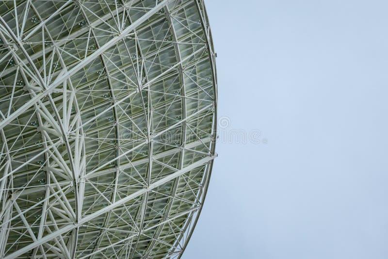 Antena parabólica de radio blanca enorme aislada contra un cielo azul brillante fotografía de archivo