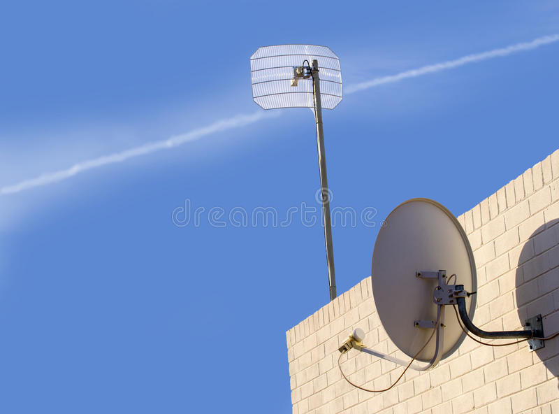 Antena parabólica e antena sem fio fotografia de stock royalty free