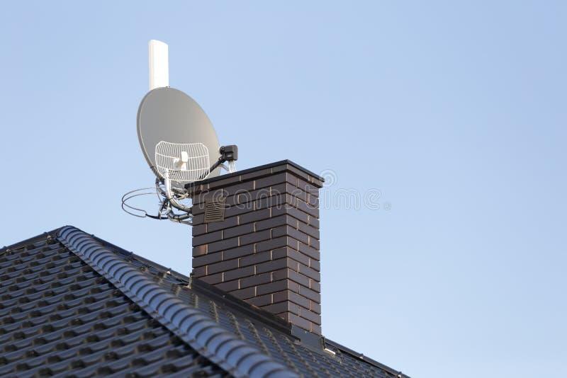 Antena parabólica e tevê, rádio e Internet sem fio foto de stock