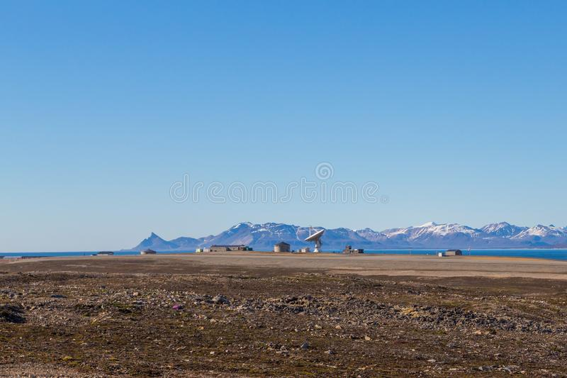 Antena parabólica em Ny Alesund, Svalbard, Spitsbergen, céu azul, m fotografia de stock royalty free