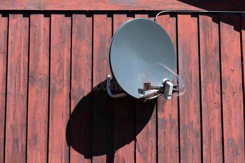 Antena parabólica em uma parede de madeira velha fotos de stock