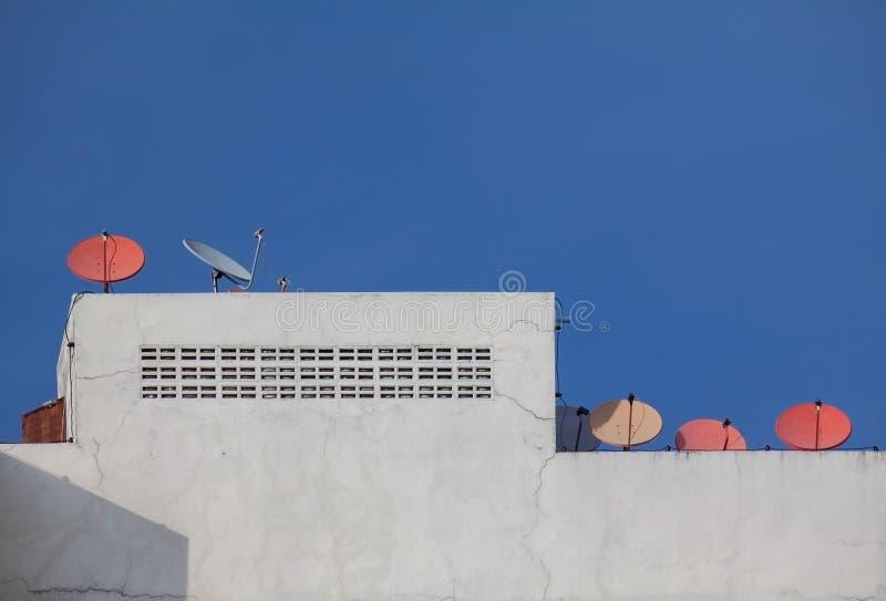 Antena parabólica en el top del tejado imagen de archivo