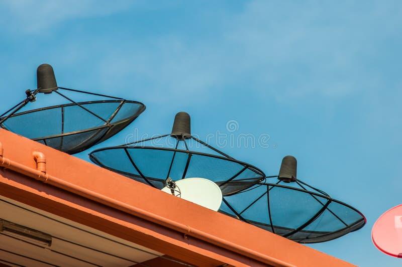 Antena parabólica en hotel imagenes de archivo