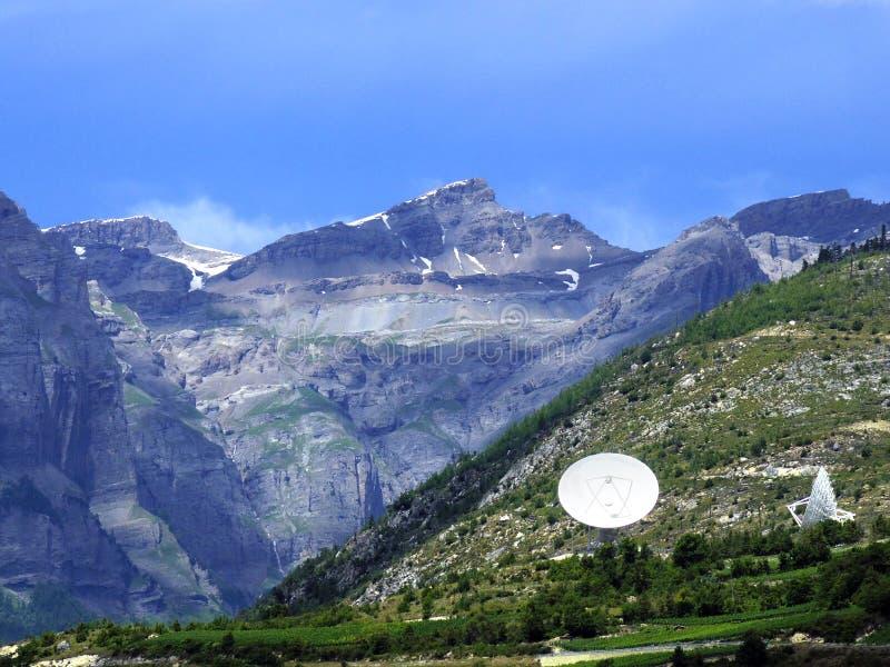 Antena parabólica en la colina imagenes de archivo