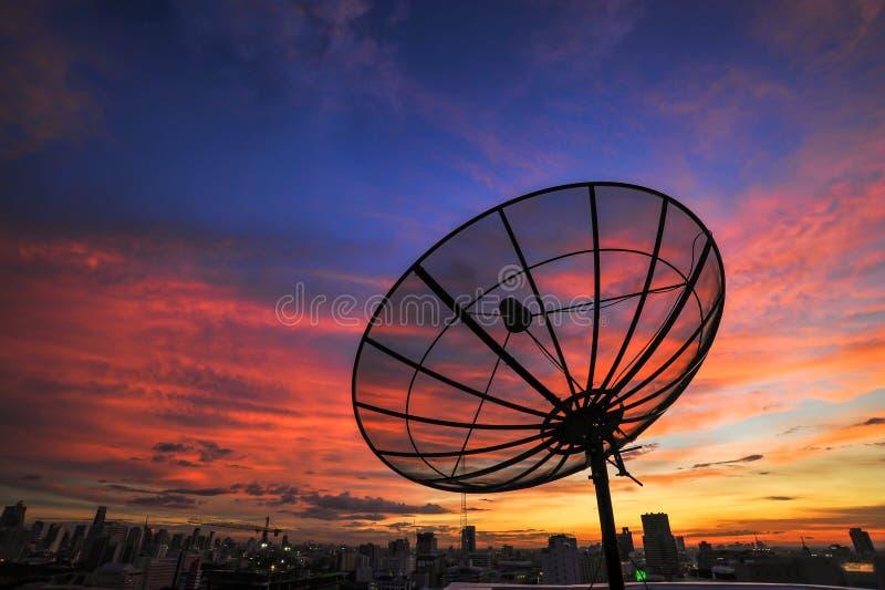 Antena parabólica en salida del sol imagenes de archivo