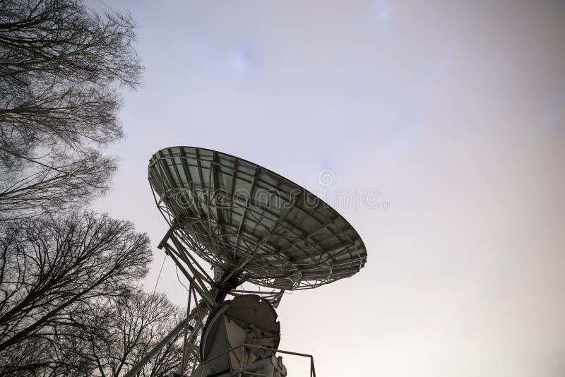 Antena parabólica grande fotografía de archivo