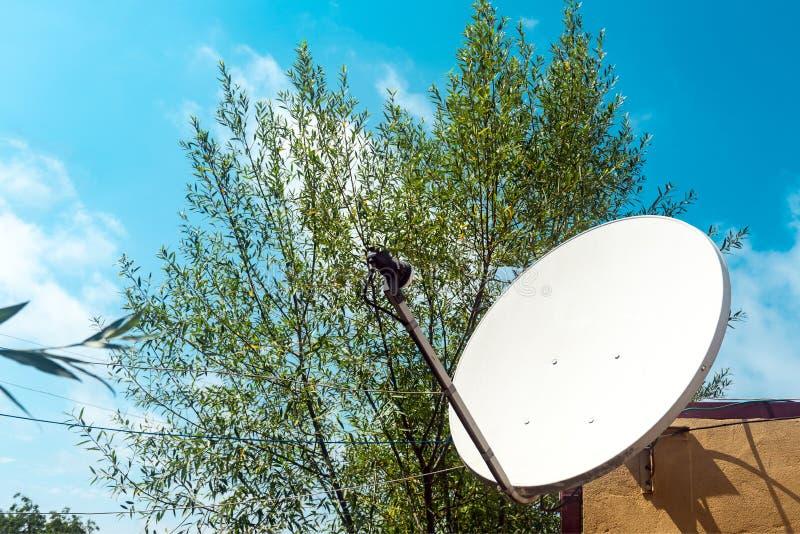 Antena parabólica na parede de uma casa de campo fotos de stock royalty free