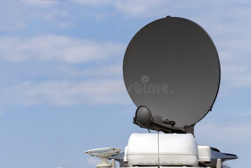 Antena parabólica no carro da tevê fotos de stock royalty free
