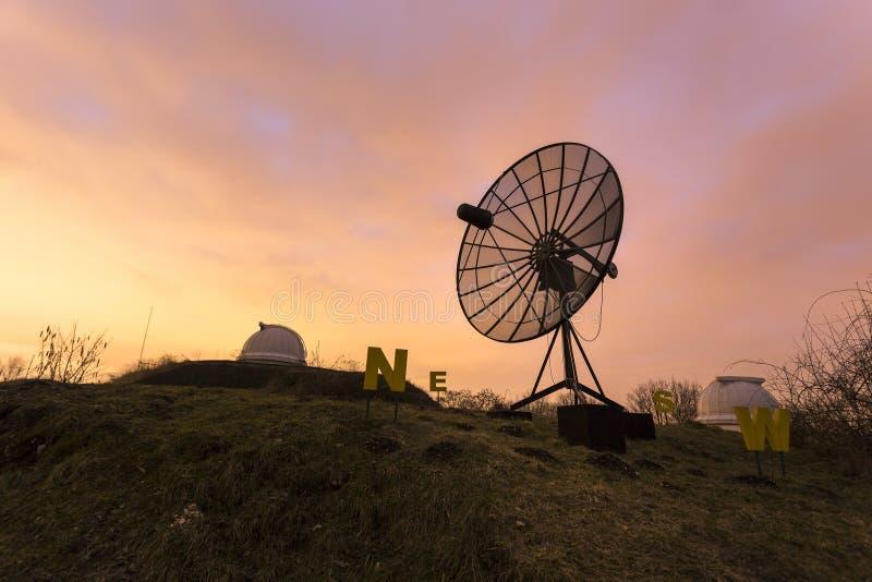 Antena parabólica usada en un observatorio astronómico fotos de archivo libres de regalías