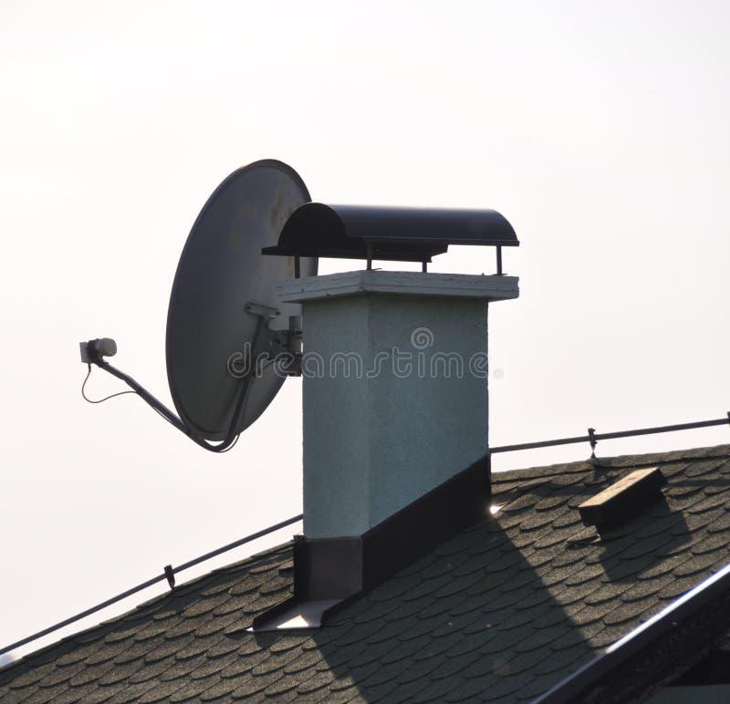 Antena satélite instalada sob o telhado de uma casa de campo fotos de stock royalty free