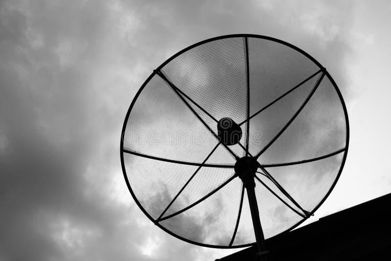 Antena satelitarna czarny i biały filtrowy skutek fotografia royalty free
