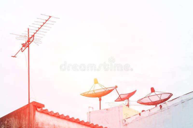 Antena satelitarna i telewizyjna antena na starym budynku z niebieskiego nieba tłem fotografia stock