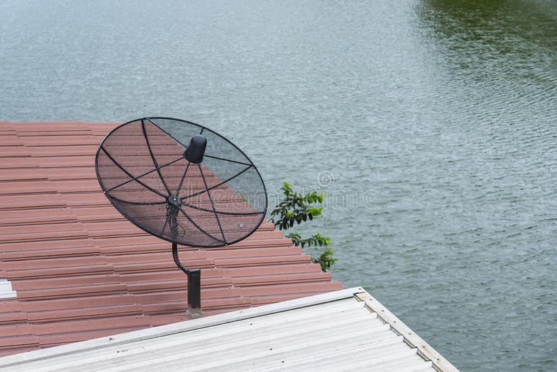 Antena satelitarna na dachu drewniany dom Antena satelitarna jest przyrządem dla otrzymywać TV sygnały zdjęcie stock