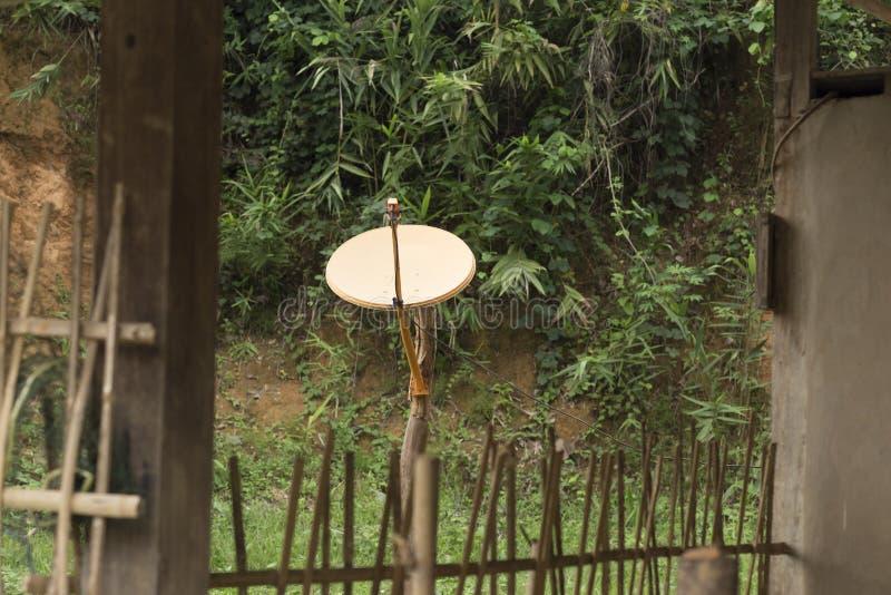 Antena satelitarna w domu w wiosce w północnym Laos zdjęcie stock
