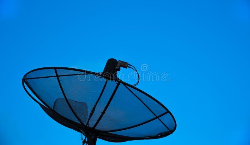 Antena satelitarna z niebieskiego nieba tłem zdjęcie stock