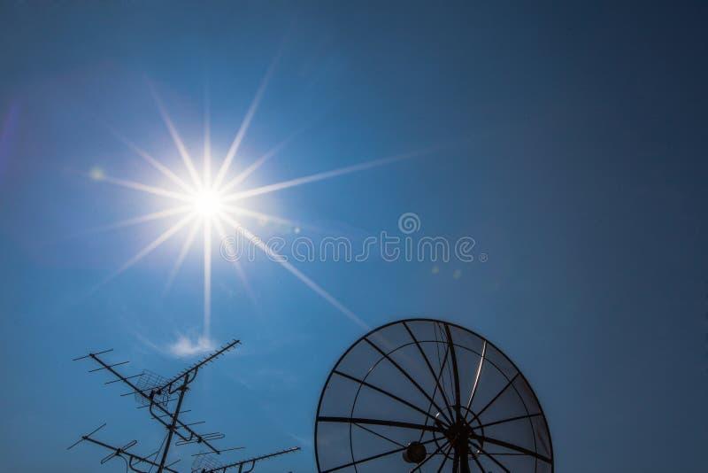 Antena satelitarna z starym telewizyjnym odbiorcą zdjęcia royalty free
