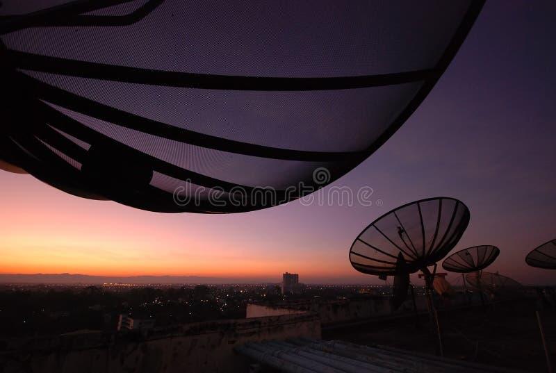 Antena satelitarna zmierzch obraz royalty free