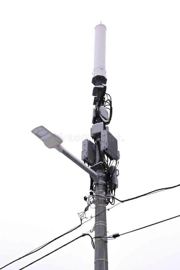 Antena sem fio de uma comunica??o E Isolado no fundo branco imagens de stock