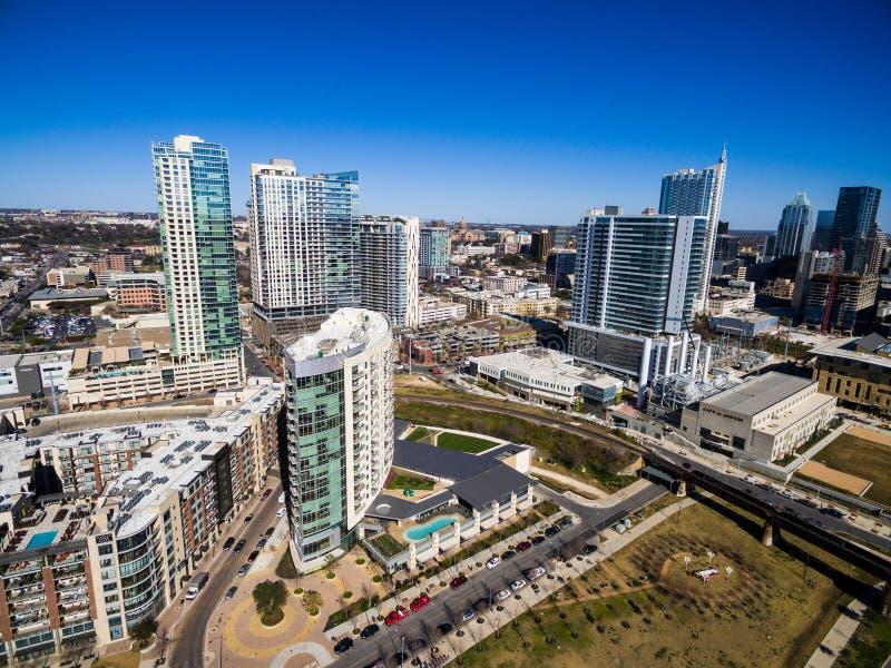 Antena sobre Austin Texas Modern Buildings y condominios durante tarde soleada del cielo azul fotos de archivo libres de regalías