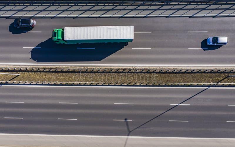 Antena strzał Biała ciężarówka z przyczepą Poruszającą na autostradzie Semi obraz stock