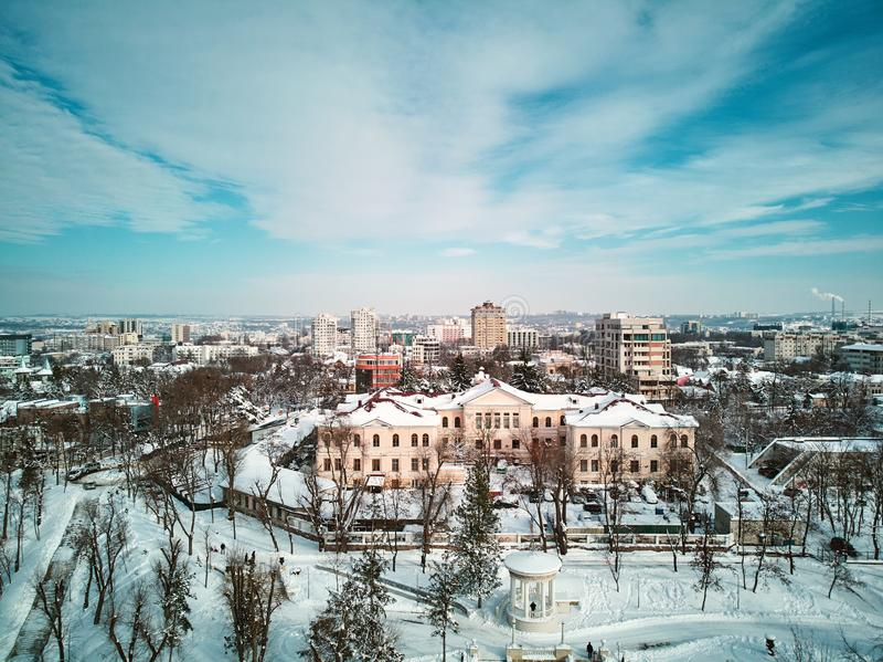 Antena strzał miasto zakrywający w śniegu zdjęcie stock