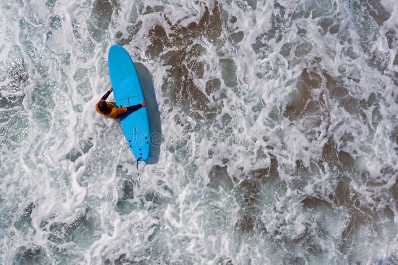Antena strza? od surfingowa i?? surfowa? w oceanie zdjęcie royalty free