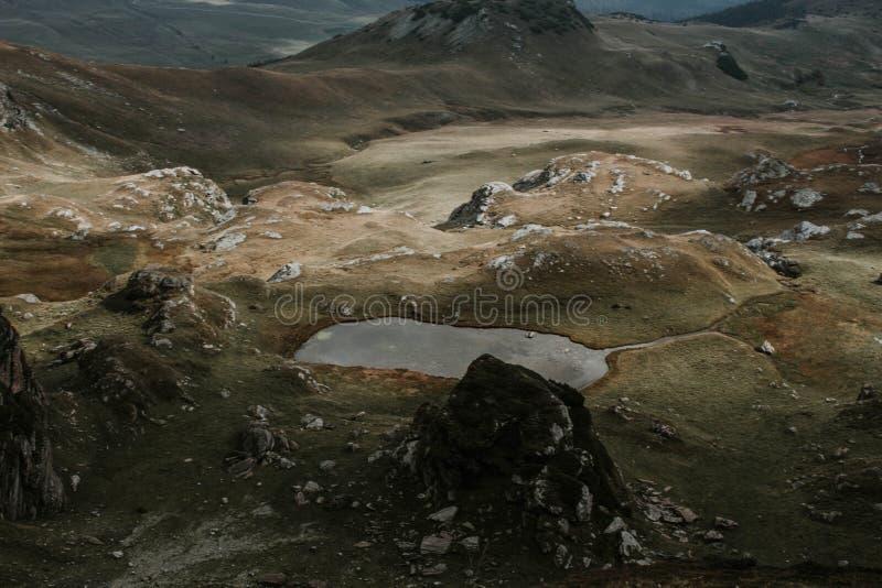Antena strzał piękni brązów wzgórza podczas mglistej pogody fotografia stock