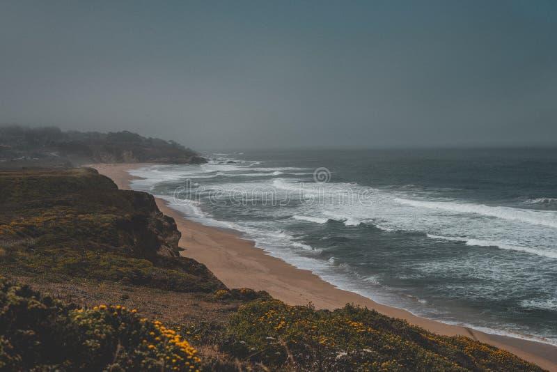 Antena strzał piękny piaskowaty wybrzeże morze z ciemnym popielatym niebem obraz royalty free