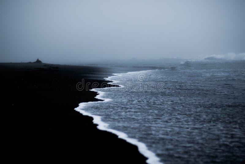 Antena strzał piękny wybrzeże morze z zadziwiać macha na mgłowym dniu zdjęcia royalty free