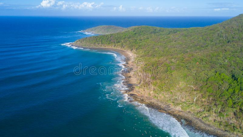 Antena strzał wybrzeże linia wokoło Noosa w światła słonecznego wybrzeżu zdjęcie royalty free