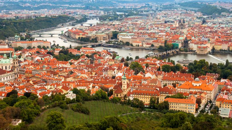 Antena strzelał Praga, republika czech kapitał, z Vltava rzeką, wiele mostami i domami z pomarańczowymi dachami, obraz stock