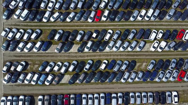 Antena strzelał nowy samochodowy parking, odgórny widok zdjęcie stock