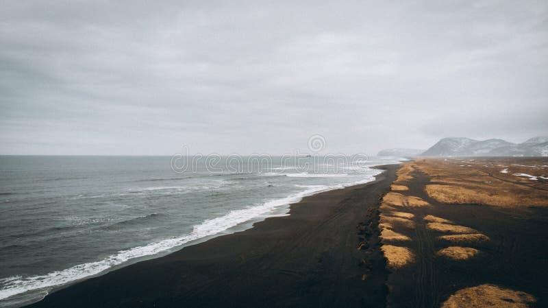 Antena strzelał piękna linia brzegowa i piaskowaty niebo plaży i zadziwiającego zdjęcia stock