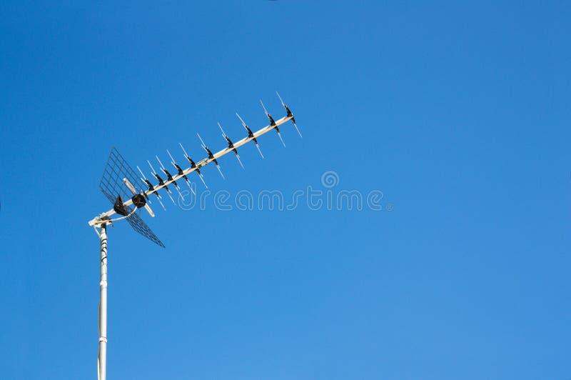 Antena terrestre da recepção de televisão de Digitas de uma casa convencional imagem de stock royalty free