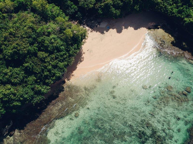 Antena tropical secreta ocultada de la playa sin la gente foto de archivo libre de regalías
