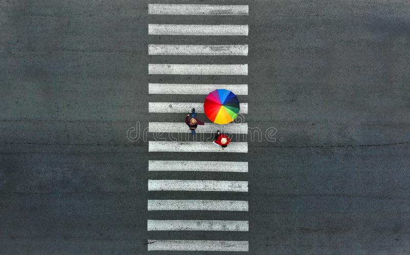 antena Trzy pedestrians chodzi na zwyczajnym skrzyżowaniu obraz royalty free