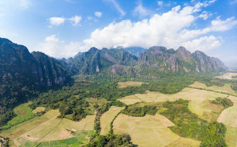 Antena: Vang Vieng backpacker podr??y miejsce przeznaczenia w Laos, Azja Dramatyczny niebo nad scenicznymi falezami i rockowymi p obrazy stock