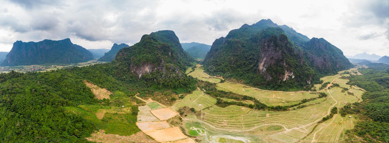 Antena: Vang Vieng backpacker podr??y miejsce przeznaczenia w Laos, Azja Dramatyczny niebo nad scenicznymi falezami i rockowymi p zdjęcie royalty free