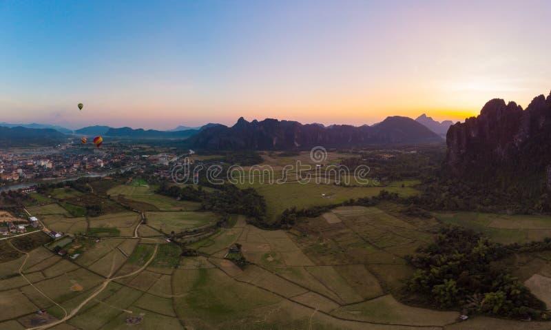 Antena: Vang Vieng backpacker podr??y miejsce przeznaczenia w Laos, Azja Zmierzch nad scenicznymi falezami i rockowymi pinaklami, fotografia royalty free