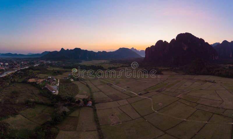 Antena: Vang Vieng backpacker podr??y miejsce przeznaczenia w Laos, Azja Zmierzch nad scenicznymi falezami i rockowymi pinaklami, zdjęcia stock
