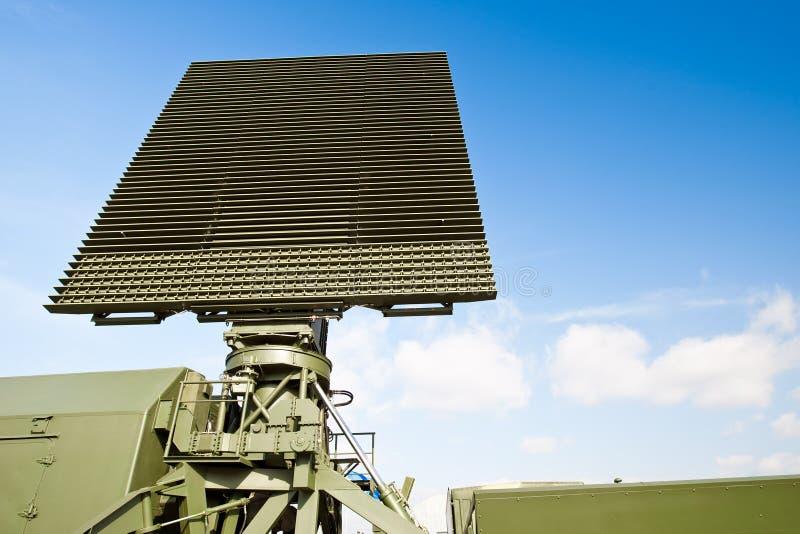Antena verde militar en transmisor foto de archivo libre de regalías