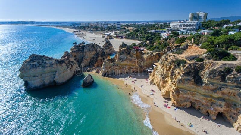 antena Widok portugalczyk wyrzucać na brzeg Prainha Tres Irmaos Portimao obraz royalty free