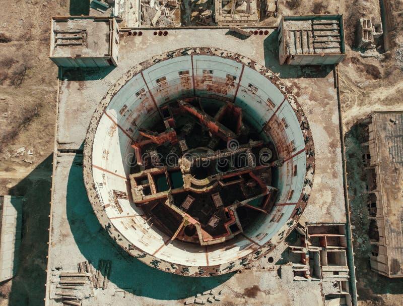 Antena wierzcho?ka puszka widok rujnuj?ca elektrownia j?drowa w Crimea Przemys?owa budowa z round wierza reaktor nuklearny zdjęcie royalty free