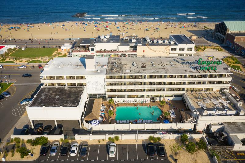 Antena zmierzch w Asbury Parkowym hotelu z plażą w Bcakground obraz stock