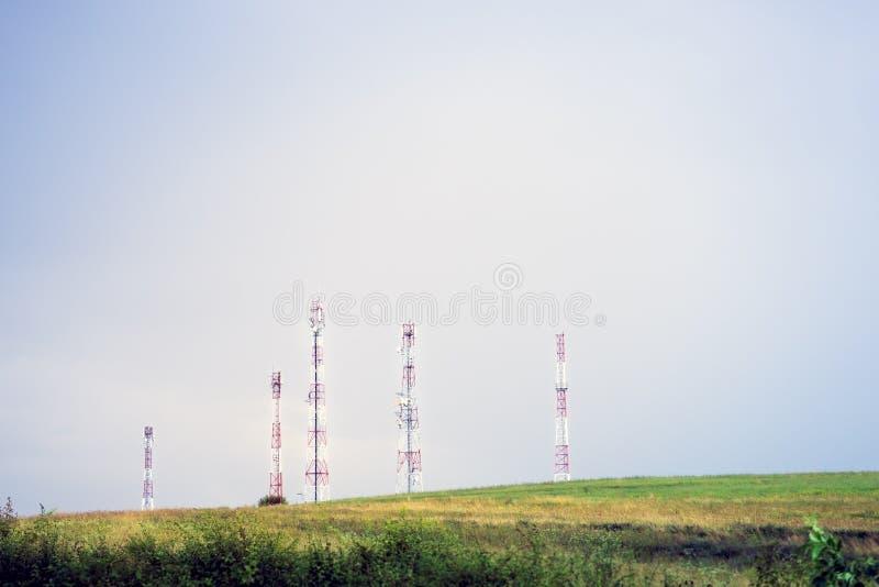 Antenas aéreas das comunicações instaladas na natureza fotos de stock